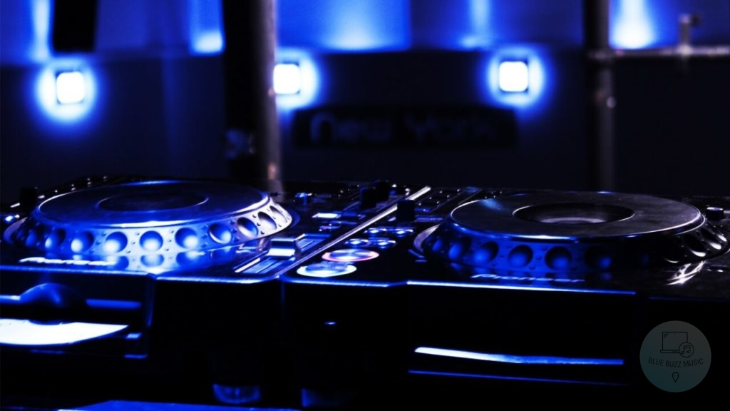 Turntables VS DJ Controllers - which is better for djing